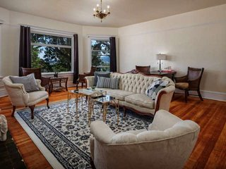 Private Floor in Historic Mansion - Mins to Dwntwn, 1 Mile to UofP, Willamette R