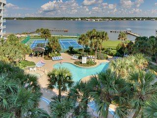 Waterfront condo w/balcony, beach access & shared pool/hot tub