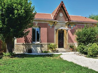 Beautiful home in Le Thor w/ WiFi and 2 Bedrooms