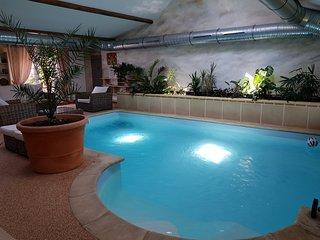 maison avec piscine interieure chauffée / Sauna /