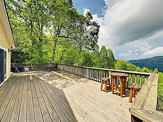 Charming 3BR Cottage w/ Blue Ridge Mountain Views & Outdoor Living