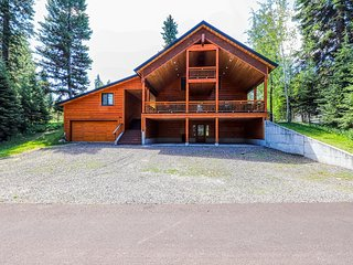 Large log cabin w/mtn views, shared pool, hot tub, tennis, and more