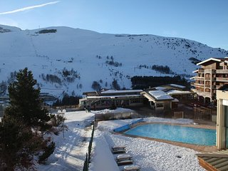 Tres bel appart, neuf, 12 couchages, depart/retour skis aux pieds, WIFI,BABYFOOT