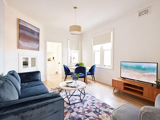 Chic Apartment Steps From Bridge, Opera House