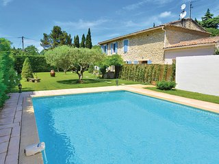 Amazing home in Carpentras w/ Outdoor swimming pool, WiFi and 3 Bedrooms
