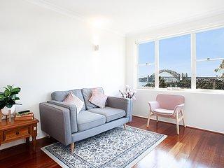 Picturesque 2 Bed Apartment with Harbour Bridge View