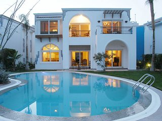 A wonderful 3 bedroom villa overlooking the sea offering a 5* experience