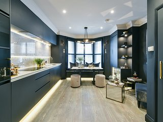 Moody hues and luxury decor |  Glamorous Fulham pied-à-terre