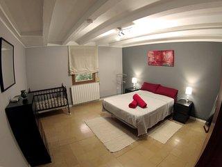 Habitación de matrimonio con cuna