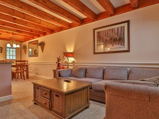 Comfy and charming condo w/ easy access to the slopes, shuttle, and restaurants!