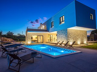 NEW! Modern Villa M30 with heated pool, 3 en-suite bedrooms