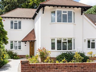 'Rosemount' Luxury detached refurbished house with private parking and garden