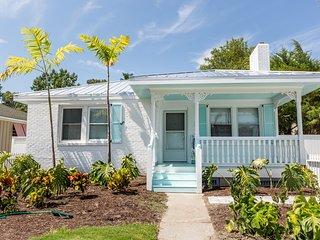 3 Bed, 2 Bath Home in Tropical Setting, 3 Minute walk from the Ocean!