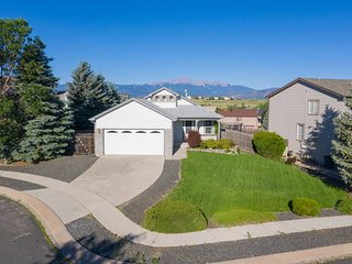 Cozy 4BR House with Peak Views in Colorado Springs
