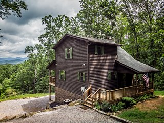Huckleberry Cabin on Yonah Mountain. 5 miles to Helen | King Beds | Mtn Views