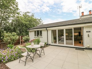 ROSE COTTAGE, modern holiday home with pretty views, multi-fuel stove, luxury