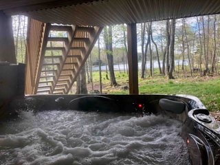 HOT TUB!! Lake House Hideout in the heart of the Poconos with 7 PERSON HOT TUB!