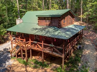 Dog-friendly cabin w/ fireplace, hot tub, grill & private deck