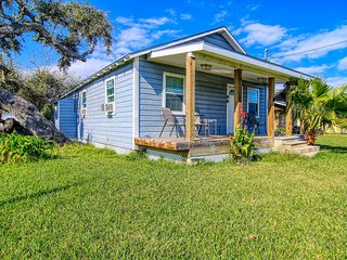 Dog-friendly, multi duplex w/front porch, shared barn, grill - close to downtown