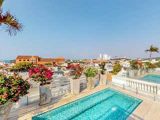 Luxury apartment w/ shared pool & hot tub - located in the heart of Cartagena!