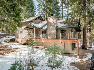 Beautiful cabin w/ wood stove, wraparound deck, & full kitchen - close to lake!