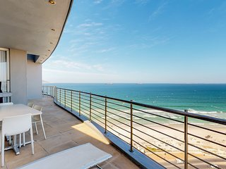 Modern apartment w/ great ocean views, furnished balcony & gas grill