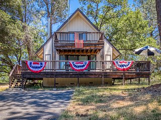 Cozy cabin in a gated community w/ shared pool, tennis, & lake access!