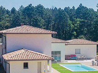 Awesome home in Montauroux w/ WiFi, Outdoor swimming pool and 4 Bedrooms (FCV905