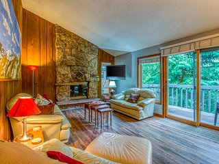 Cozy condo w/ wooded surroundings, shared pool, & mountain/valley views!