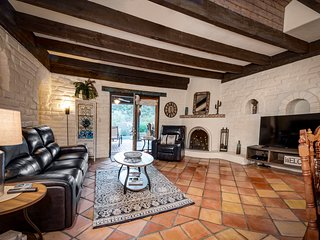 Southwest adobe w/ private pool, hot tub & mountain views