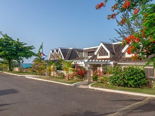 BEACHFRONT! FAMILIES WELCOME! STAFFED! INFINITY POOL! SECURITY Tallawah Villa 5