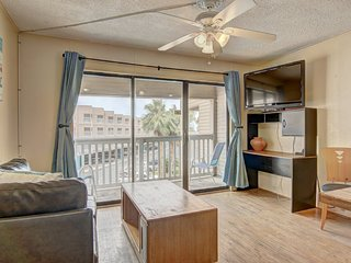 Cozy, waterfront condo w/ shared pool, gym, hot tub - close to the beach!