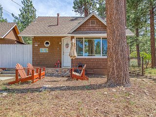 Ideally located home w/ fireplace - minutes to Big Bear Lake Village!