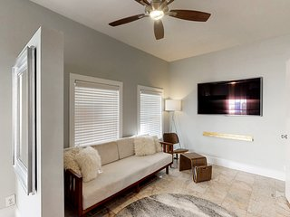 Cozy cottage apartment w/ front porch & upgraded finishes - close to beach!