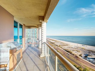 Beachfront condo w/ balcony, shared pools/hot tub & beach access