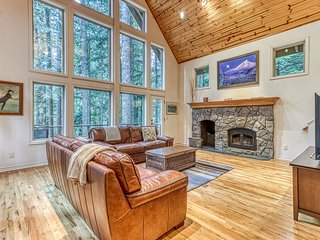 Secluded mountain chalet w/ private hot tub, firepit, & views + free WiFi!