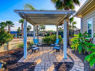 Cozy coastal home w/ furnished front & back patios - walk into town!