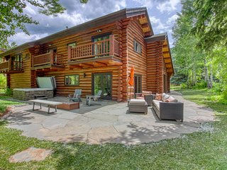 Modern home w/ private hot tub & beautiful views - close to skiing!
