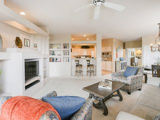 Dog-friendly condo w/ incredible sunset views & shared pool/hot tub/grill!