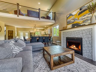 New dog-friendly Crooked River townhome with full kitchen - Walk to Ski!