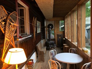 Authentic intimate and comfortable log cabin near St-sauveur-des Monts