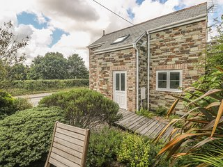 WITS END, romantic upside down cottage with balcony, WiFi, patio, in Nanstallon
