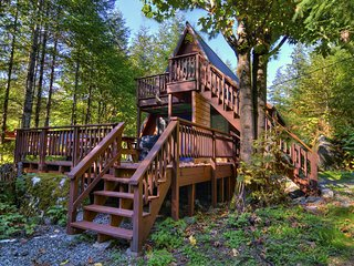 Amazing secluded cabin home with private hot tub and deck!