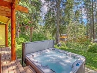 Great cabin w/ partial river views, hot tub & shared beach access