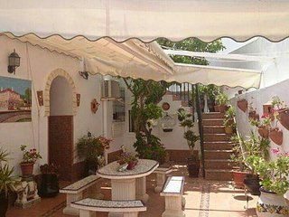 Casa con patio y aire acondicionado