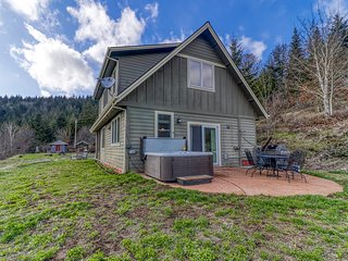 Mountain cabin on 5 acres w/ private hot tub & Mt. Hood view - 2 dogs OK!