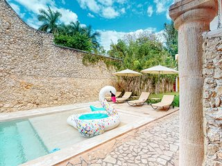 Centrally located hacienda villa with a shared pool, garden & solarium!