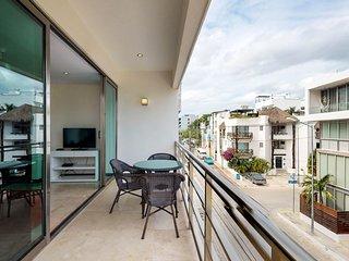 Luxury condo w/ shared pool & entertainment - walk to beach & city center!