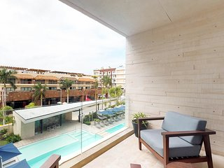 Modern condo w/ shared pools, & sundeck - walk to the beach!