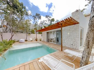 Family-friendly home in secluded area w/pool, jetted tubs, terrace & grill